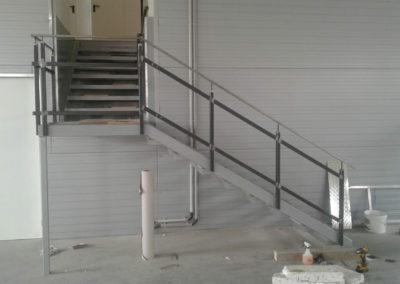 Rozsdamentes hegesztett korlát és lépcső kialakítása egy üzemben